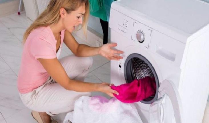 La lavadora de ropa no lava las prendas bien
